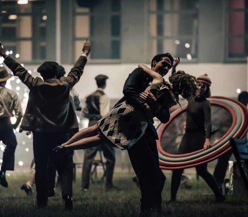 Lotte (Alicia von Rittberg) und Paul (Noah Saavedra) tanzen ausgelassen auf dem letzten Fest am Bauhaus Dessau.